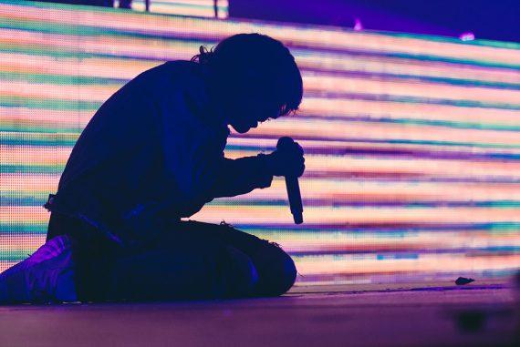 Singer low on floor